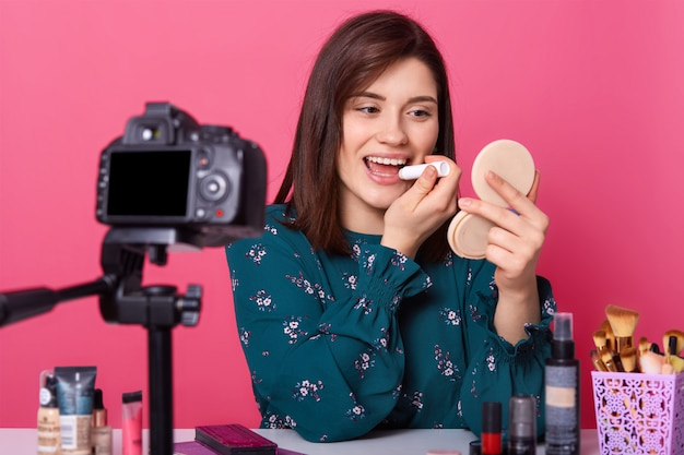 Feche o retrato do vlogger de beleza jovem atraente
