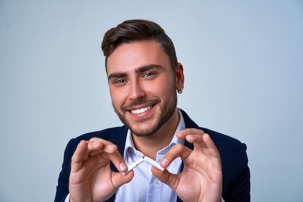 Feche o retrato jovem empresário. terno de negócio caucasiano