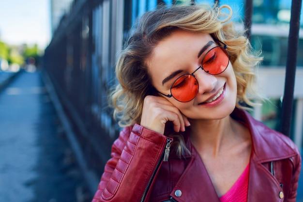 Feche o retrato positivo da mulher feliz alegre de camisola rosa