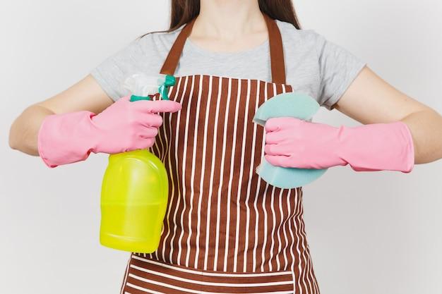 Feche o retrato recortado dona de casa em luvas cor de rosa, avental listrado, isolado no fundo branco. mulher segurando o frasco do spray amarelo com líquido limpador para a esponja de limpeza. copie o espaço para anúncio.