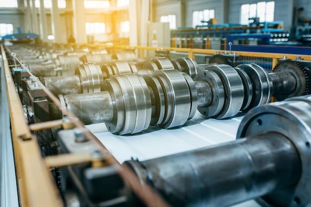 Feche o rolo de aço industrial para perfil de metal, formando a máquina na oficina da fábrica de metais