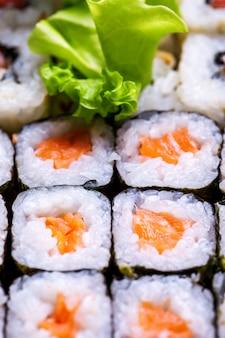 Feche o rolo de japão com salmão