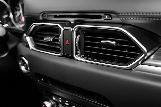 Feche o sistema de ventilação do carro e ar condicionado, detalhes e controles de carro moderno.