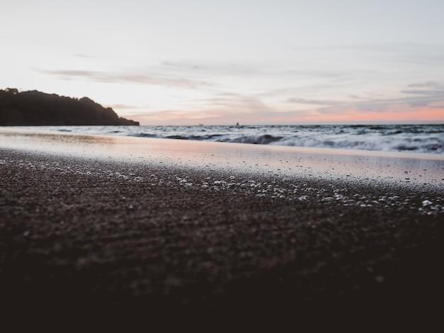 Feche o tiro de uma praia sob um céu nublado
