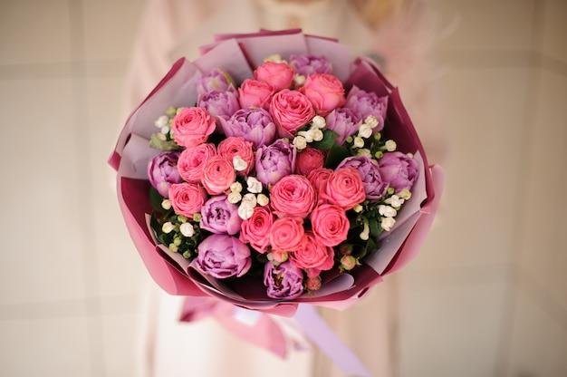 Feche o tiro do buquê de peônias e rosas
