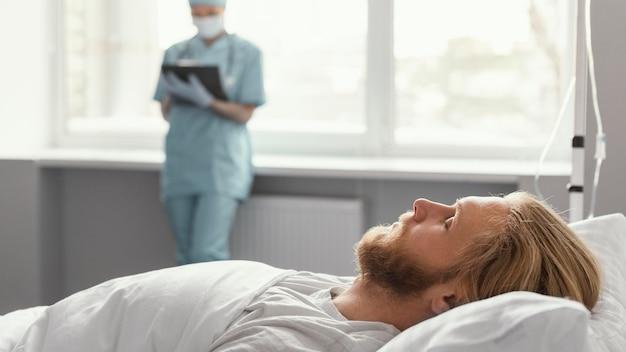 Feche o trabalhador de saúde supervisionando o paciente