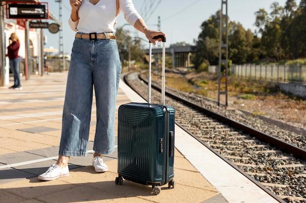 Feche o viajante com bagagem