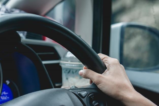 Feche o volante mão dirigindo com estilo de imagens vintage.