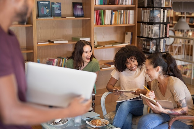 Feche os alunos sorridentes dentro de casa