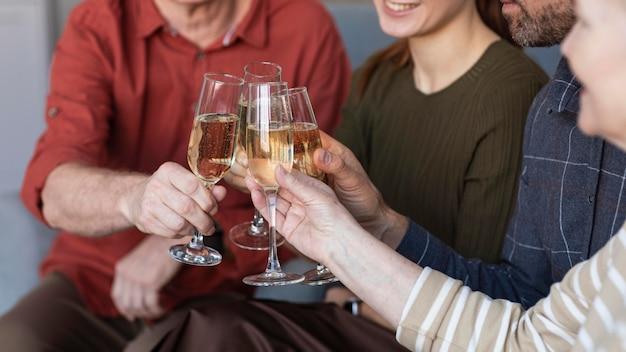 Feche os copos de família tilintando