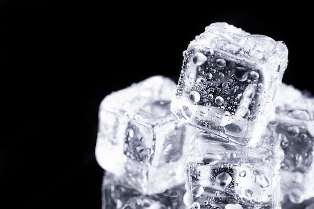 Feche os cubos de gelo na mesa