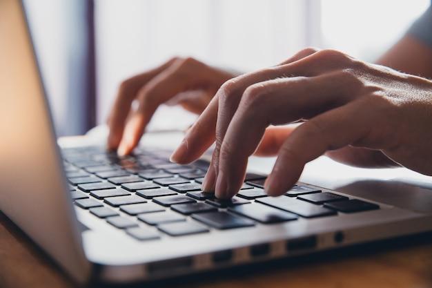 Feche os dedos digitando no teclado do computador, pressionando os botões, digitando