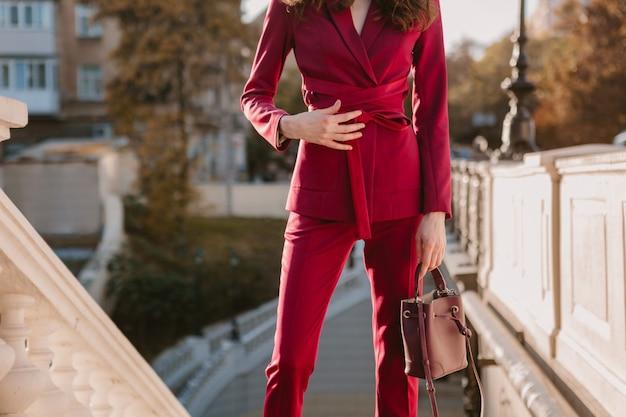 Feche os detalhes da moda de uma mulher elegante em um terno roxo andando na rua da cidade, primavera verão outono temporada tendência da moda segurando bolsa