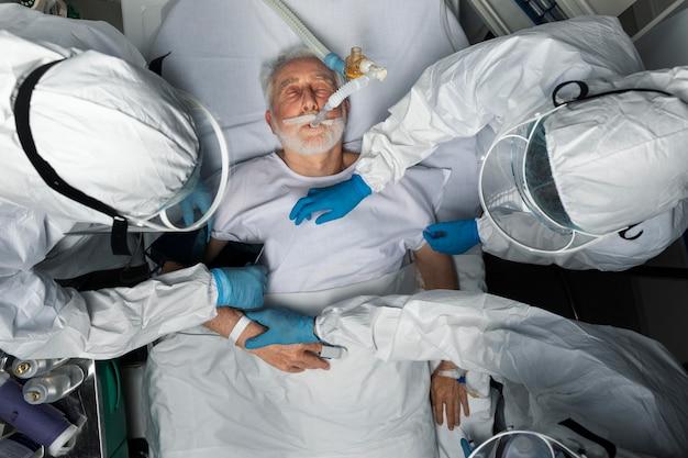 Feche os médicos cuidando do paciente acima da vista