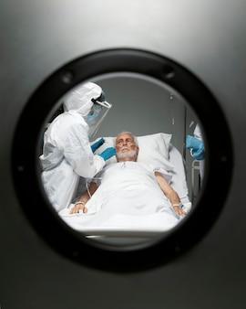 Feche os médicos cuidando do paciente