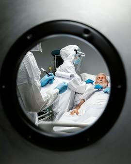 Feche os médicos e o paciente infeccioso