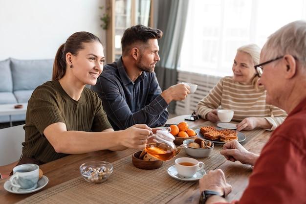 Feche os membros da família na mesa