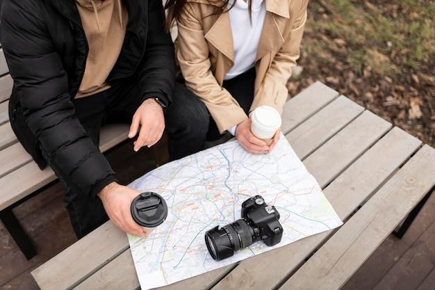 Feche os viajantes com xícaras de café
