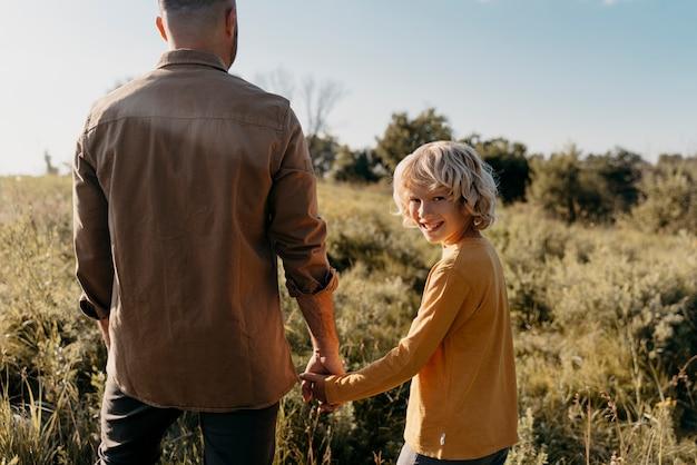 Feche pai e filho de mãos dadas