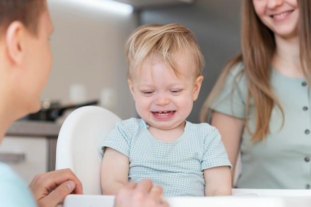Feche pais sorridentes com crianças