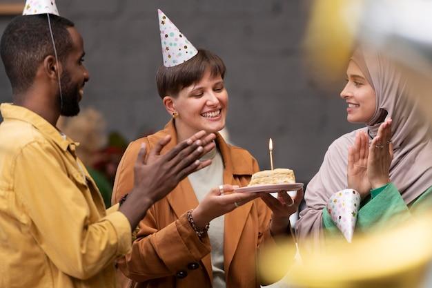Feche pessoas celebrando juntas