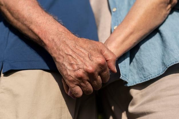 Feche pessoas de mãos dadas
