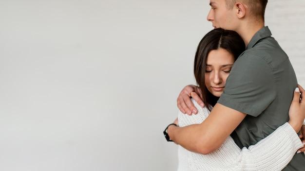 Feche pessoas se abraçando com espaço de cópia