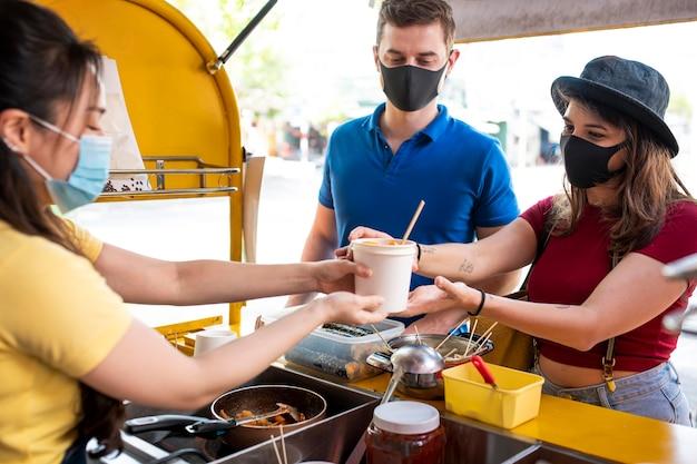 Feche pessoas usando máscaras