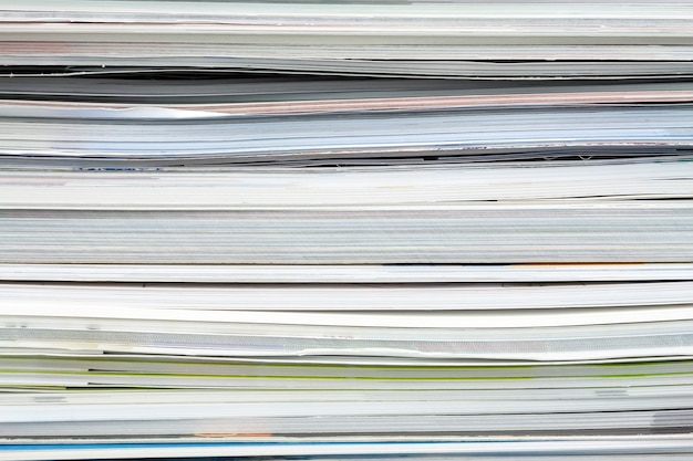 Feche revistas empilhadas