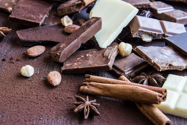 Feche-se de uma pilha de vários pedaços de chocolate.