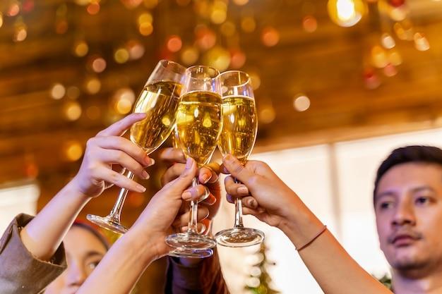 Feche taças de taças de champanhe com iluminação jantar com bebida de champanhe