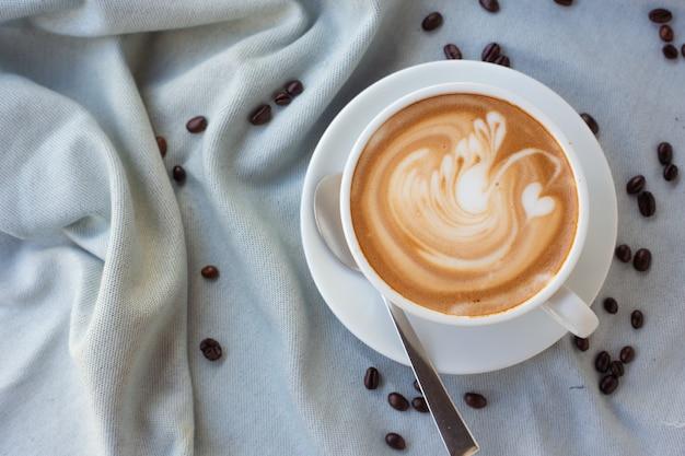 Feche tiros, café quente em um copo branco