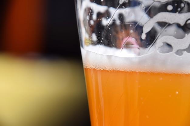 Feche um copo cheio de cerveja de trigo não filtrada na mesa, com espaço de cópia, vista lateral de baixo ângulo