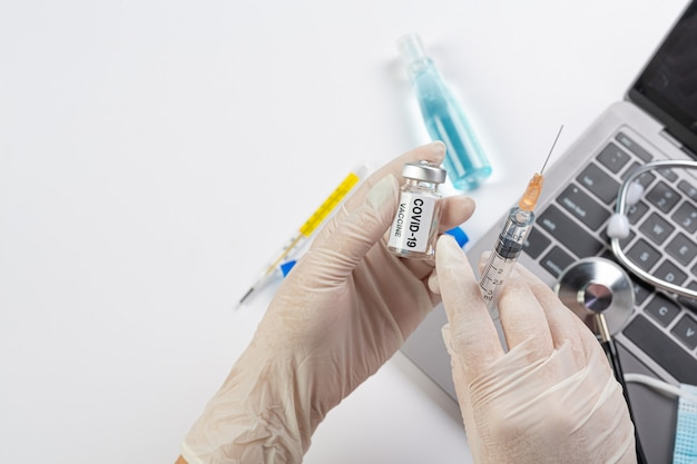 Feche um frasco da vacina covid-19 nas mãos de um cientista ou médico