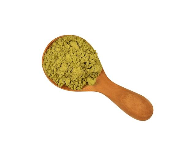 Feche uma colher de madeira cheia de café arábica verde cru não torrado, isolado no fundo branco, vista superior elevada, diretamente acima