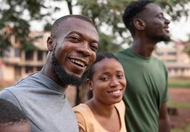 Feche uma comunidade feliz ao ar livre