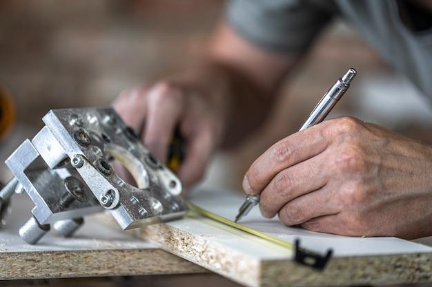 Feche uma ferramenta profissional para perfuração de precisão em madeira.