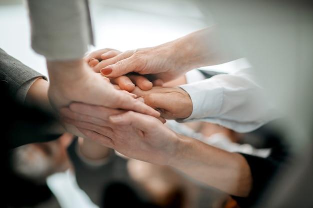Feche uma pilha de mãos, o conceito de unidade