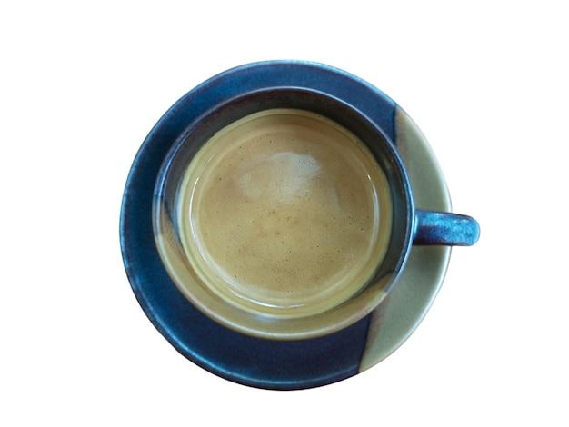 Feche uma xícara azul de café quente isolar o fundo branco com traçado de recorte.