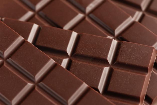 Fechem-se barras de chocolate amargo.