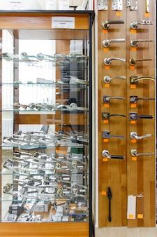 Fechos de portas em uma loja especializada muitos fechos de portas e portões diferentes