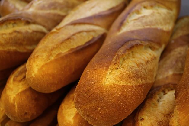 Fechou a pilha de pão francês fresco feito de baguete