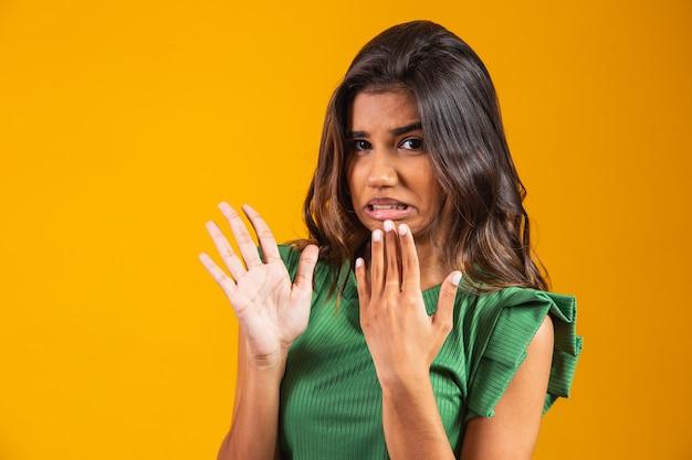 Fedido. fedor. mulher jovem parecendo enojada por causa do cheiro fedorento.