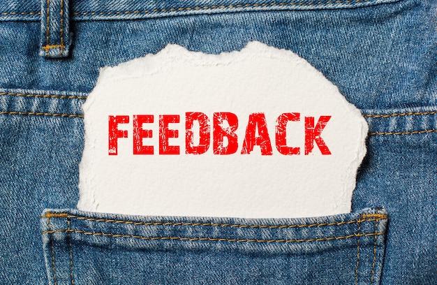 Feedback sobre papel branco no bolso da calça jeans azul