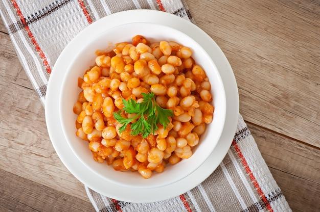 Feijão branco cozido em molho de tomate