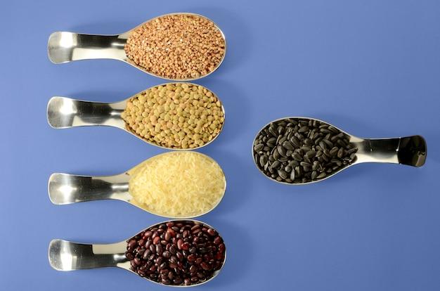 Feijão de arroz de feijão sementes lentilhas em colher em um brilhante