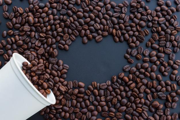 Feijão de café closeup em preto