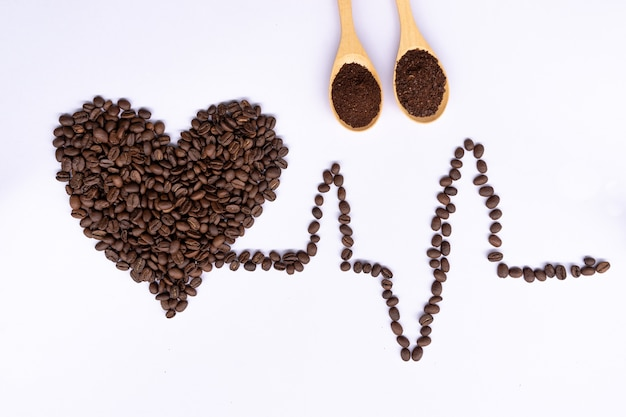 Feijão de café de vista superior em batida de coração de forma de coração