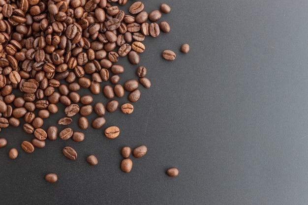 Feijão de café do close up no fundo preto