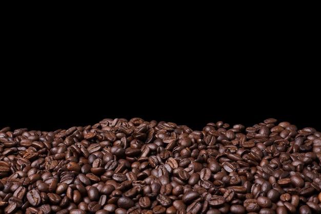 Feijão de café fresco closeup em fundo preto